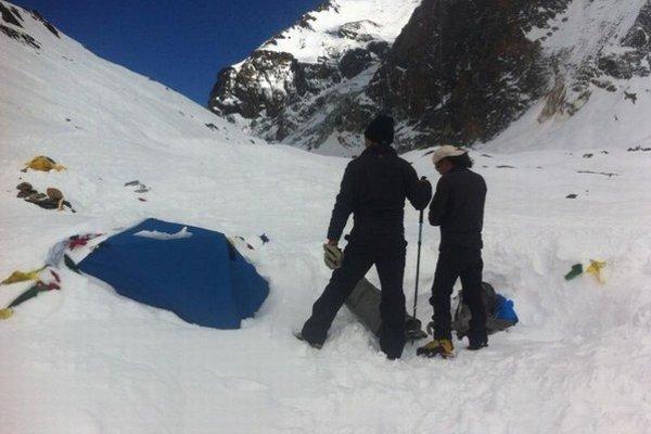 Základný tábor pod Dhaulagiri po páde lavíny.