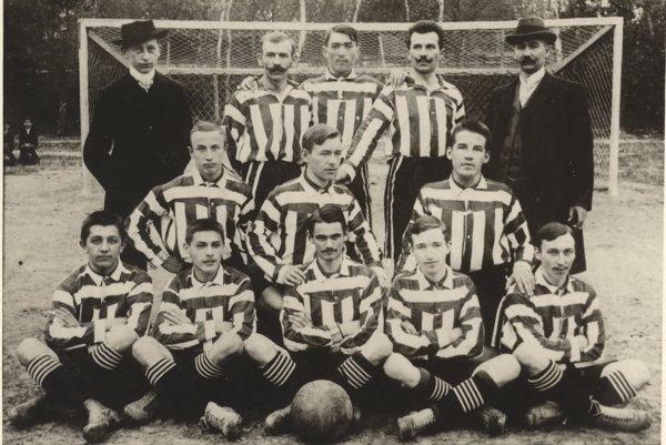 Prví futbalisti PTE Bratislava. Fotografia je približne z roku 1900.