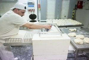 Väčšina pekárov robí v noci, vyššie príplatky za nočnú prácu sa môžu odraziť na cene pečiva.
