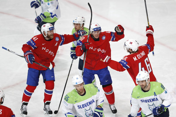 Gólová radosť hráčov Nórska po strelení gólu v zápase proti Slovinsku.