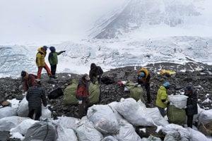 Veľké upratovanie na úpätí Mount Everestu.