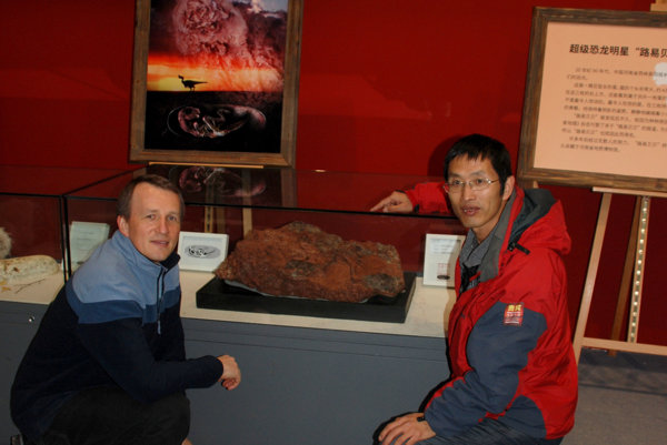 Dvojica vedcov. Martin Kundrát a profesor Lü Junchang pri prvej verejnej expozícii Baby Louie v Číne.