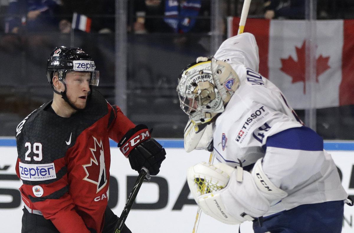 8a834df0a1d5a Francúzsky brankár Florian Hardy vyráža puk pred Nathanom MacKinnonom z  Kanady.