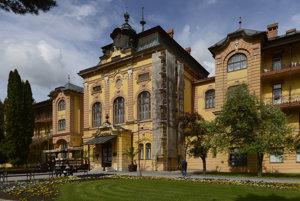 Hotel Astória, dominantná historická budova kúpeľov.