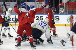 Českí hokejisti sa tešia z gólu proti Slovinsku.
