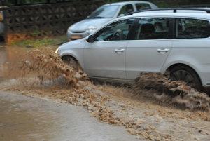 Zaplavená ulica Mirka Nešpora v Prešove.