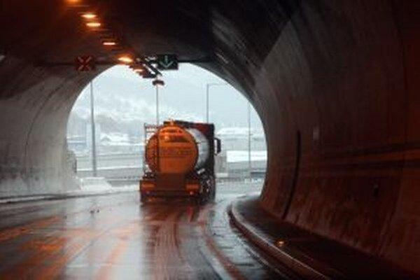 V tuneli budú robiť polročný servis.