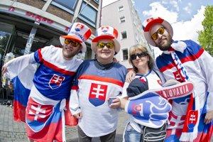 Slovenskí fanúšikovia sa schádzajú v Kolíne už niekoľko hodín pred začiatkom zápasu proti Rusko.
