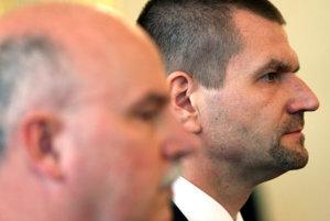 Exministri Marián Janušek (vpredu) a Igor Štefanov sú pre kauzu vo väzení.