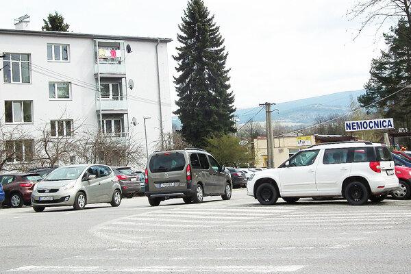Parkovisko pred trstenskou nemocnicou.