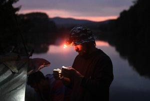 Otvorenie rybárskej sezóny na kaprových vodách o štvrtej hodine rannej na Bodovskom rybníku pri obci Krivosúd - Bodovka v pondelok 15. mája 2017.