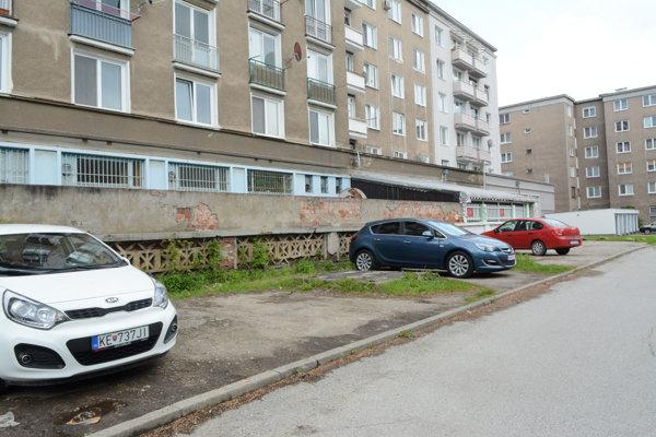 Dvor medzi obytnými domami na uliciach Letná, Komenského a Park Angelinum.