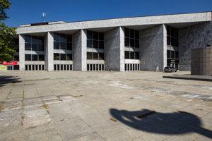 Istropolis sa staval na niekoľko etáp. V roku 1971 postavili Dom techniky a v roku 1974 Dom detí a mládeže. O rok neskôr aj klubová časť. Neskôr sa komplex prestavoval, zväčšovali sa kongresové miestnosti.