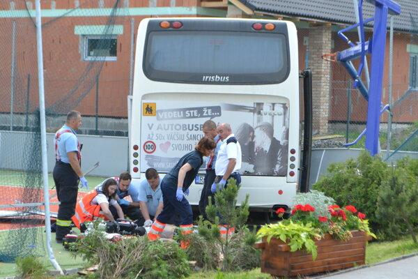 Vodiča autobusu oživujú záchranári.