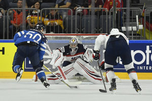 Fínsky hráč Juhamatti Aaltonen (vľavo) sa pokúša skórovať cez amerického brankára Jimmyho Howarda (v strede).