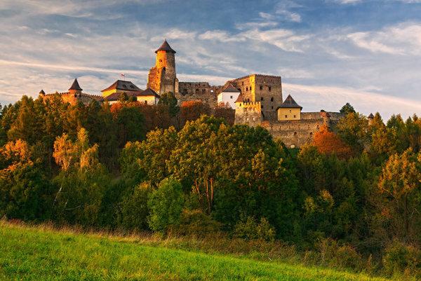 Hrad Ľubovňa, týčiaci sa nad mestom.