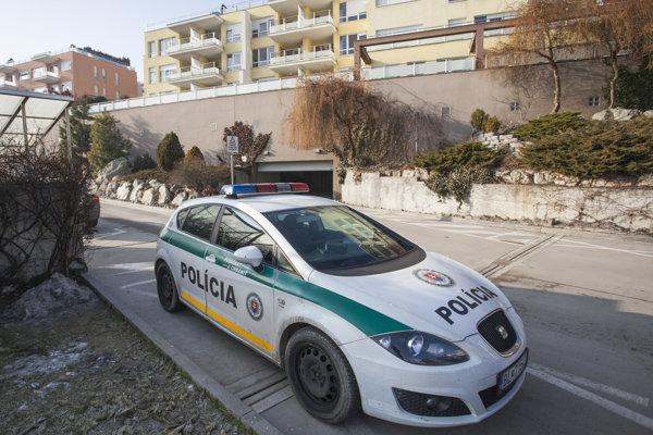 Na snímke policajné auto pri bytovom komplexe na Tupého ulici, kde sídlia firmy Ladislava Bašternáka.