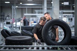 Pohľad na proces montovania a kompletizovania pneumatik pre značky VW.