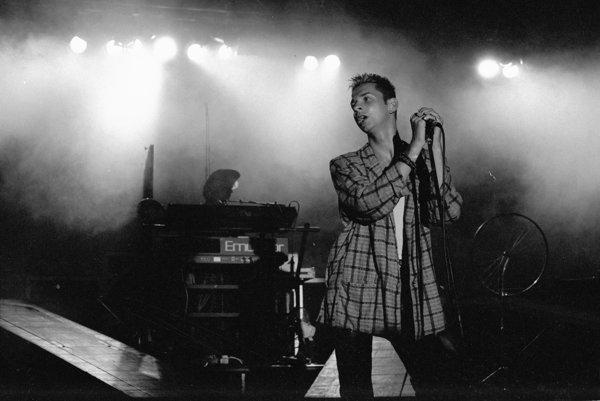 V roku 1985 koncertovali Depeche Mode v Budapešti a vo Varšave, odkiaľ je táto fotografia. Praha prišla na rad až o tri roky neskôr.