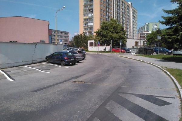 """""""Omaľovánka"""" na Ludmanskej. Začiernené čiary na ľavej strane cesty (pri múre) po pár dňoch opäť domaľovali. Zrušené miesta na pravej strane cesty už neobnovili."""
