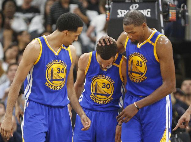 V drese víťazov nazbieral Kevin Durant 33 bodov (číslo 35) a 10 doskokov, Stephen Curry pridal 21 bodov (v strede).