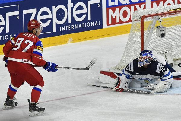Nikita Gusev (vľavo) strieľa jeden z gólov Ruska do siete Fínska.