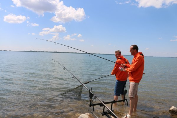 Prví rybári na rekreačnom stredisku Paľkov.