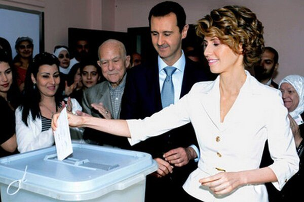 Bašar Asad volil s manželkou v damaskej štvrti al-Málikí.