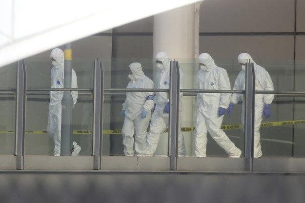 Vyšetrovatelia na mieste výbuchu.