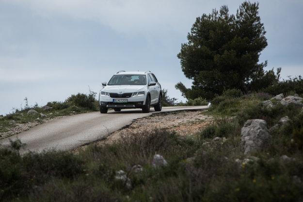 Spoločníka na cestách po Chorvátsku nám robila nová Octavia Scout. Vďaka vyvýšenému podvozku sme sa nemuseli obávať o poškodenie auta pri vyhýbaní oportiidúcim kamiónom.