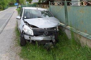 Auto skončilo v plote.