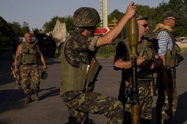 Ukrajinskí vojaci na jednom z hraničných priechodov.