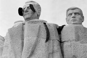 22. december 1989. Nežná revolúcia sa prejavila aj na súsoší Klementa Gottwalda na Gottwaldovom námestí (dnešné Námestie slobody).