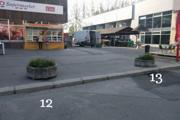 V meste je približne 130 betónových kvetináčov. (Foto: OZ LOKAL)