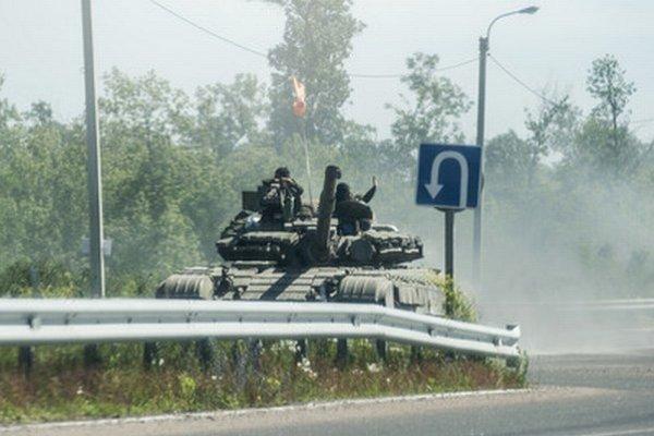 Proruskí militanti na tanku na ceste pri Debalceve, asi 60 kilometrov na východ od Donecka.