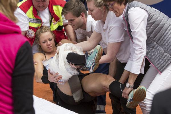 Nemecká tenistka Laura Siegemundová v opatere lekárov a zdravotníkov po zranení v zápase s Češkou Barborou Krejčíkovou na turnaji WTA v nemeckom Norimbergu.