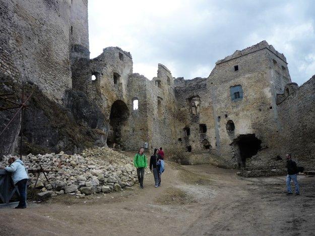 Lietavský hrad stojí na strmom hrebienku vnadmorskej výške 635 metrov. Svetový pamiatkový fond ho vroku 2009 zapísal do zoznamu najohrozenejších pamiatok.