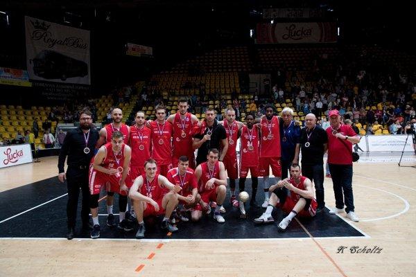 Basketbalisti MBK Rieker Com-therm KOmárno po piatom finále v Bratislave.