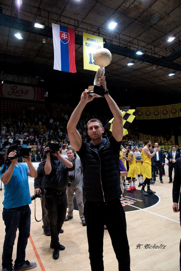 Siniša Bilič s pohárom pre druhé mužstvo aktuálneho ročníka EUROVIA SBL