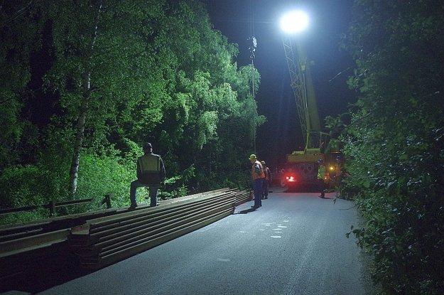 Stavbári museli pracovať v noci.