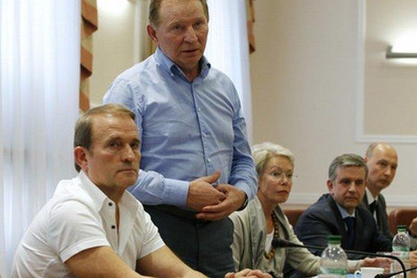 Tagliaviniová (v strede) a Zurabov (druhý sprava) na stretnutí s lídrami separatistov.