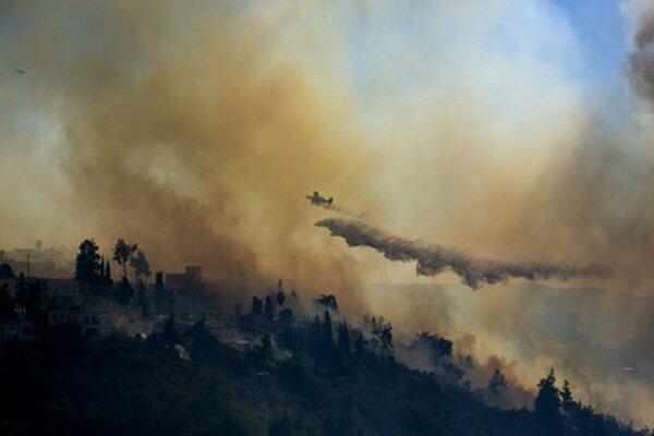 Oheň hasilo šesť lietadiel, dva vrtuľníky a desiatky hasičov.