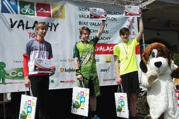 Bronzový Tomáš Pytel (vpravo) na stupni víťazov.