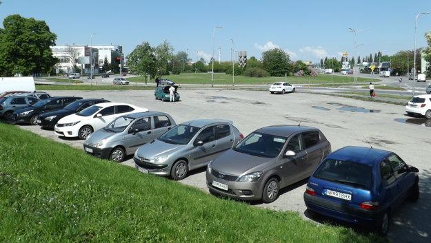 Parkovisko na Štúrovej ulici pri kruhovom objazde.