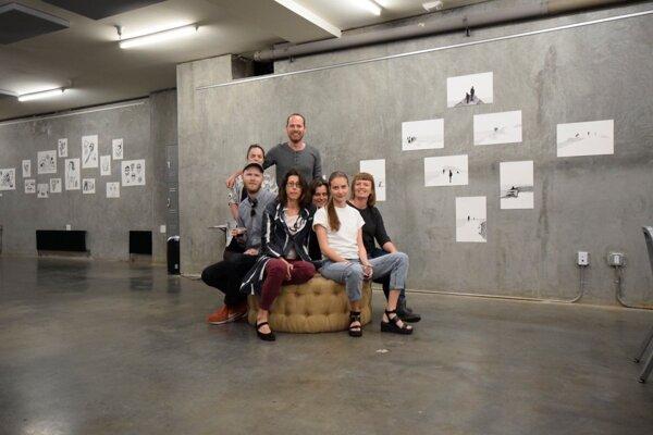 Umelci zúčastnení na projekte, kurátorka Zuzana Novotová Godalová a americký partner projektu, Vlaďa Jakubíková, v priestoroch galérie kultúrneho centra The Laundry v San Franciscu.
