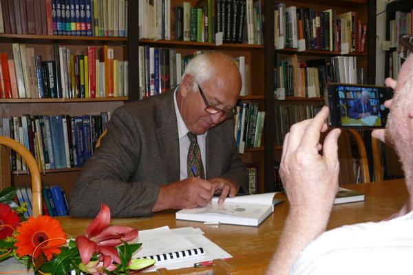 Autor knihy Emil Šimončík.