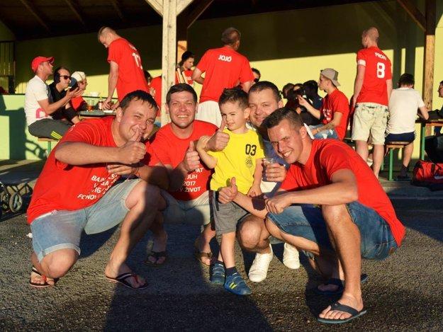 Hráči a fanúšikovia si užili postupové oslavy.