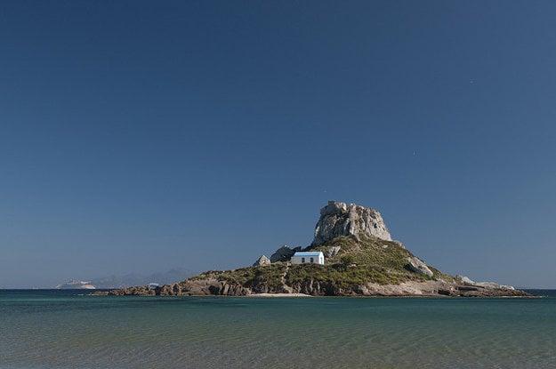 Ostrov Kastri pri pláži Agios Stefanos.