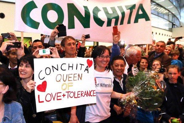 Conchitu Wurst vítali v nedeľu na letisku vo Schwechate davy.