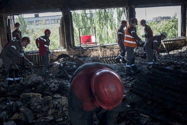 Robotníci z oceliarní oligarchu Rinata Achmetova pomohli prevziať kontrolu nad budovami obsadenými proruskými separatistami.